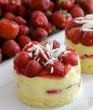 white för jordgubbe för bakgrundscake platta tjänad som Royaltyfri Foto