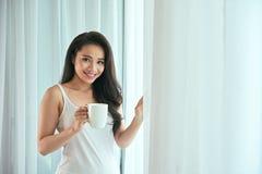 white för morgon för kappa för flicka för dressing för kaffekopp Royaltyfri Fotografi