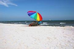 white för strandsandparaply Arkivfoto