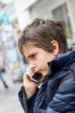 white för telefon för bakgrund pojke isolerad talande Arkivbild