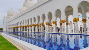 White and gold mosque colonnade and pool. Sheikh Zayed Grand Mosque Stock Images