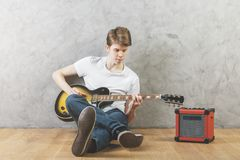 White man with guitar Royalty Free Stock Photos