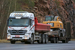 White Mercedes-Benz Actros 2655 Hauls Cat Heavy Equipment Royalty Free Stock Photography