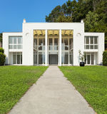 White modern villa. Green garden of a white modern villa, external Stock Photography