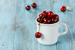 White mug of fresh cherries Royalty Free Stock Photos