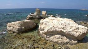 white na plaży dryftowego morza Śródziemnego połowów tuńczyka morski netto Morze krajobraz Cypr z skalistym brzeg zbiory wideo