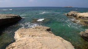 white na plaży dryftowego morza Śródziemnego połowów tuńczyka morski netto Morze krajobraz Cypr z skalistym brzeg zbiory