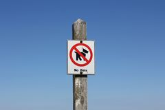 White No Pets Sign on a Wooden Signpost Royalty Free Stock Photography