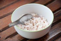 White och brown ångad rice i den vita runda bunken Royaltyfria Bilder