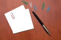 White paper note with a clip and pen Royalty Free Stock Photos