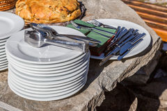 White plates and silverware ready for serving Royalty Free Stock Photos
