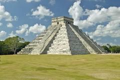 White puffy clouds over the Mayan Pyramid of Kukulkan (also known as El Castillo) and ruins at Chichen Itza, Yucatan Peninsula, Me Stock Photos