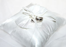 Free White Ring Cushions With Wedding Rings Stock Photography - 31535362