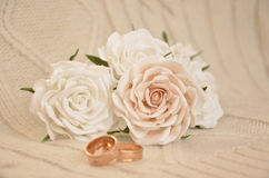 White roses with wedding rings Royalty Free Stock Photography
