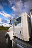 White_semi_truck_details_on_background_of_clouds_beauty 免版税库存照片