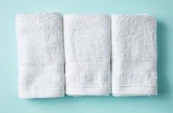 White spa πετσέτες στο μπλε, άνωθεν στοκ εικόνες