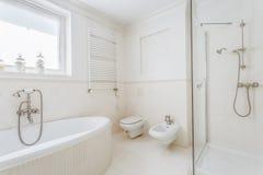White and stylish bathroom Royalty Free Stock Photography