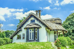 White thatched cottage, England Royalty Free Stock Images