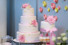 White wedding cake decorated with pink flowers Royalty Free Stock Images