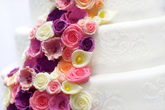 White wedding cake decorated with sugar flowers Royalty Free Stock Photography