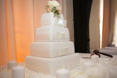 White wedding cake with flowers decorating the top Royalty Free Stock Images