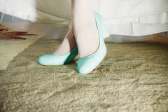 White wedding shoes on the feet of the bride Royalty Free Stock Images