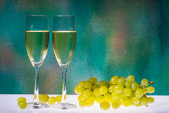 White wine glasses and fresh grape Royalty Free Stock Photos