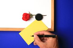Whiteboard com nota amarela fotos de stock royalty free