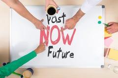 Whiteboard con de las palabras del pasado futuro ahora Imagen de archivo libre de regalías