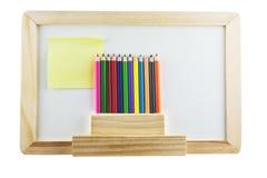Whiteboard en blanco con los pensils del color Imagen de archivo libre de regalías
