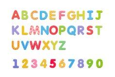 在whiteboard的五颜六色的纸字母表磁铁 信件设置了iso 免版税库存图片