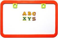 Whiteboard magnético con los alfabetos, aislados imagen de archivo libre de regalías