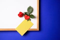 Whiteboard met gele nota stock foto