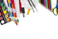 Whiteboard mit Schulbedarfspitzengrenze lizenzfreie stockfotografie
