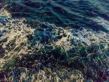Whitecap en las crestas de ondas imagenes de archivo
