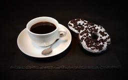 Whitecup-blackbackground Aromakaffeeschaumgummiringe Oreo-Donuts Lizenzfreies Stockbild