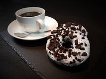 Whitecup en verre Americano de tasse de blackcoffee de beignets d'Oreo Photo libre de droits
