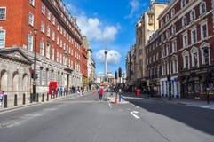 Whitehall-straat en de kolom van Nelson ` s op Trafalgar-vierkant, Londen, het UK Royalty-vrije Stock Afbeeldingen