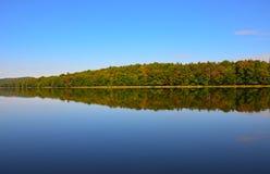 Seereflexionen in den Adirondack-Bergen Lizenzfreies Stockfoto
