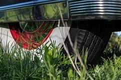 Whitewall,有镀铬物侧面墙的后轮轮胎在葡萄酒汽车 库存照片
