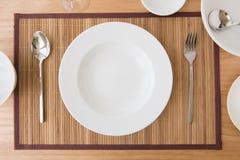 Whiteware sulla tavola Immagini Stock Libere da Diritti