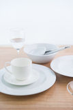 Whiteware sulla tavola Fotografia Stock