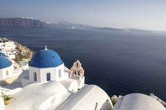 Whitewashed houses and blue dome church by the Aegean sea, Santoriniin Oia, Santorini, Greece. Famous blue domes in Oia village,. Santorini, Greece - Immagine stock image