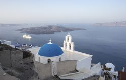 Whitewashed houses and blue dome church by the Aegean sea, Santoriniin Oia, Santorini, Greece. Famous blue domes in Oia village,. Santorini, Greece - Immagine royalty free stock images
