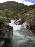 Whitewater flod som flödar från berget royaltyfria bilder