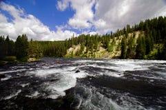 Whitewater Fluss, der eine Schlucht durchfließt Stockfotos