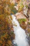 Whitewater i den Chattahoochee nationalskogen, höstfärg arkivfoton