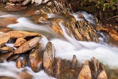 Whitewater i skały Obraz Royalty Free