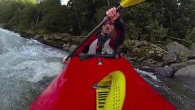 Whitewater kayaking, cámara lenta estupenda almacen de metraje de vídeo