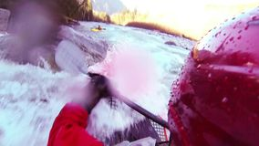 Whitewater kayaking tik en broodje stock footage